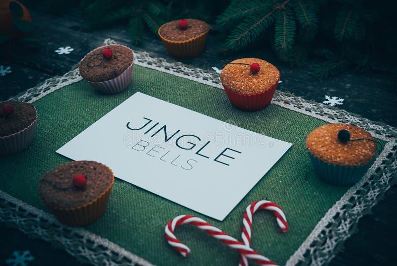 在新年树装饰框架的自创圣诞节饼假日点心在葡萄酒 库存照片