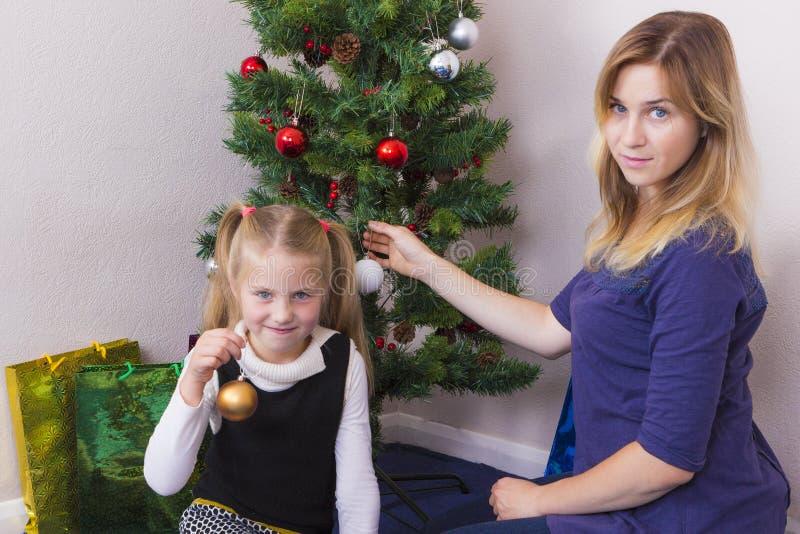 在新年树附近的家庭画象 库存图片