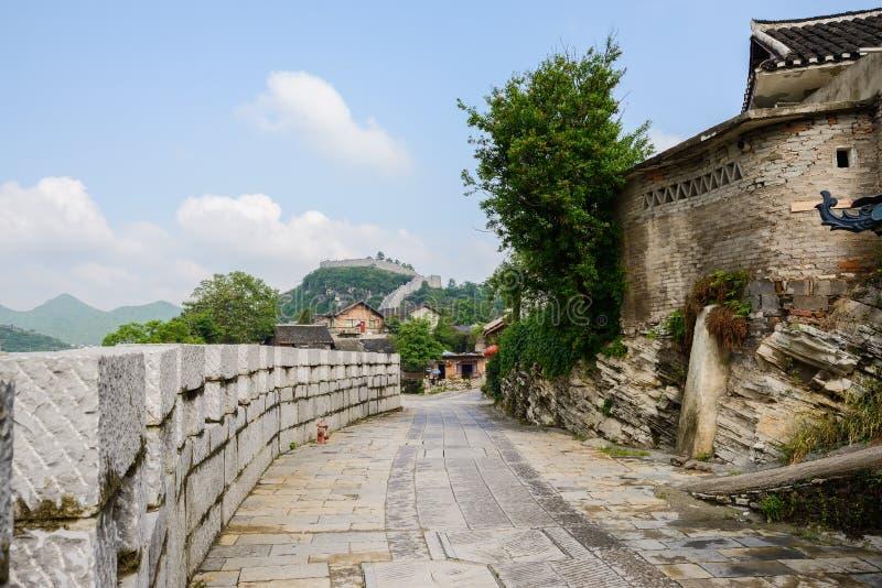 在方式的边的石城垛在晴朗的春天的古镇 库存照片