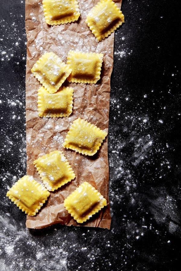 在方形的裁减的新鲜的意大利面团 免版税图库摄影