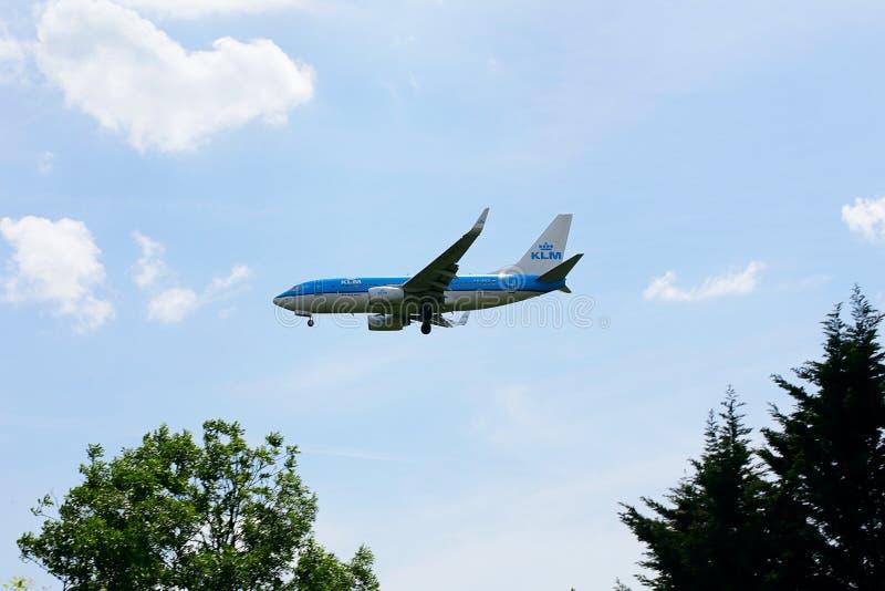 在方法的KLM波音737对希思罗机场 免版税库存图片