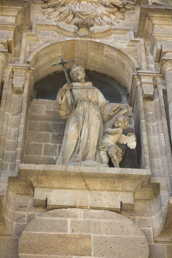 在方济会教会的门面的圣法兰西斯雕象S的 库存图片