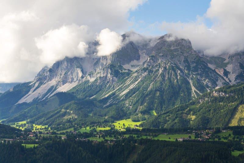在施拉德明,北石灰石阿尔卑斯,奥地利的Dachstein山 库存照片