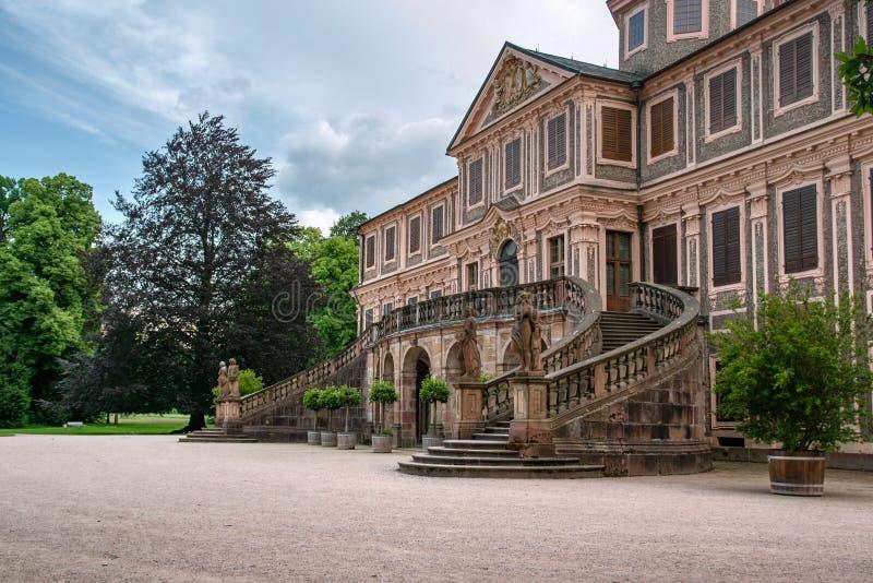 在施洛斯喜爱拉施塔特城堡和庭院的特写镜头侧视图在拉施塔特,德国在一下雨天 库存图片