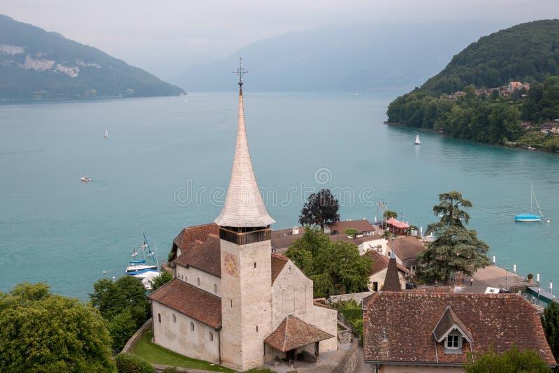 在施皮茨市和湖图恩,瑞士,欧洲的看法 免版税图库摄影