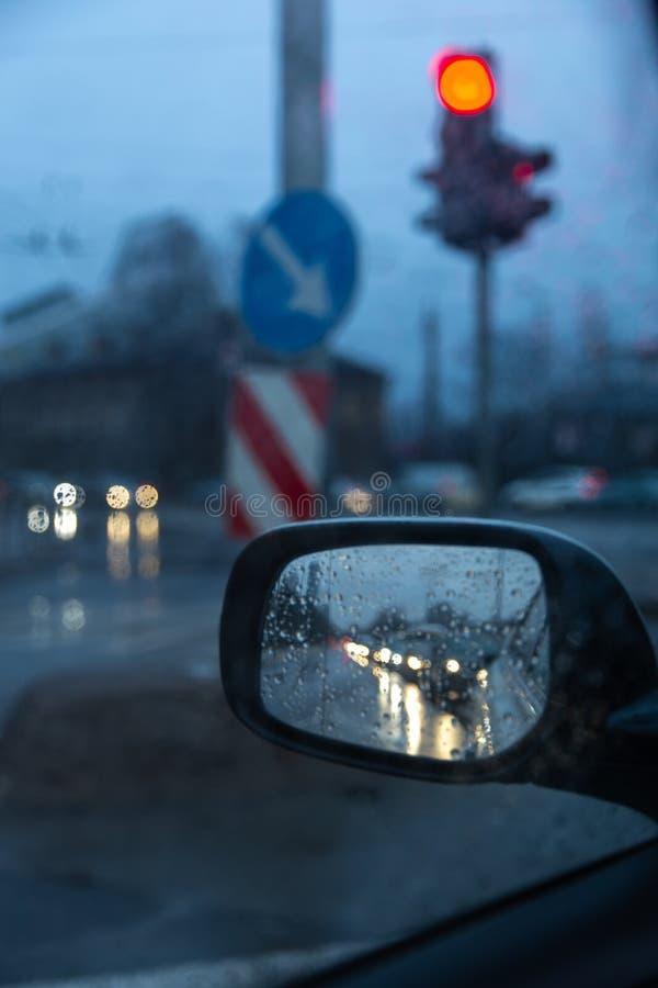 在旁边后视镜的堵车有红色红灯的 免版税库存照片
