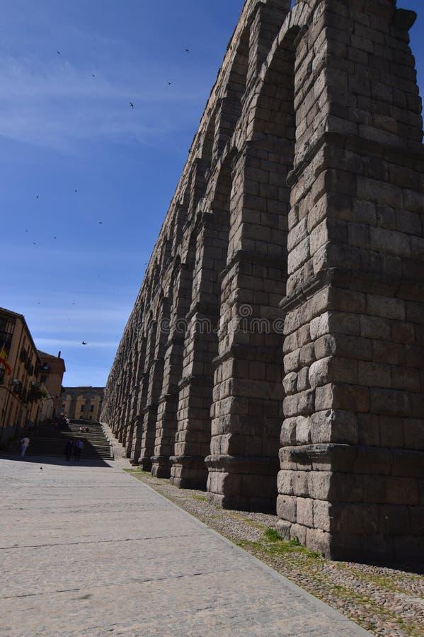 在旁边射击的巨人渡槽塞戈维亚 建筑学历史旅行 免版税库存照片