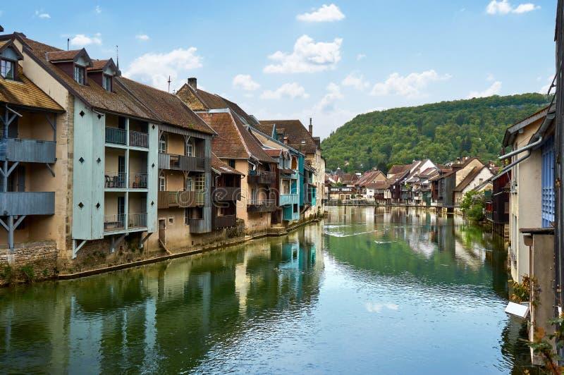 在旁边Ornans都市风景Loue河-杜省-法国 免版税库存图片