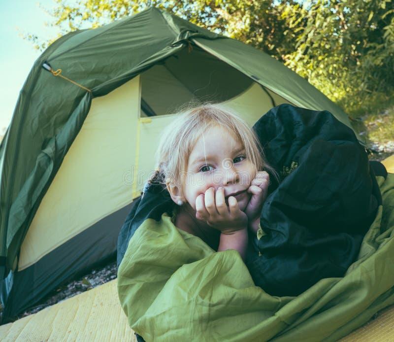 在旅游帐篷附近的小女孩 系列高涨 库存照片