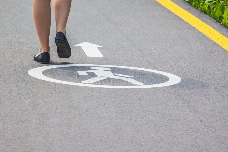 在旅游trip_期间,女孩在一条小径走在一个现代城市 免版税库存图片