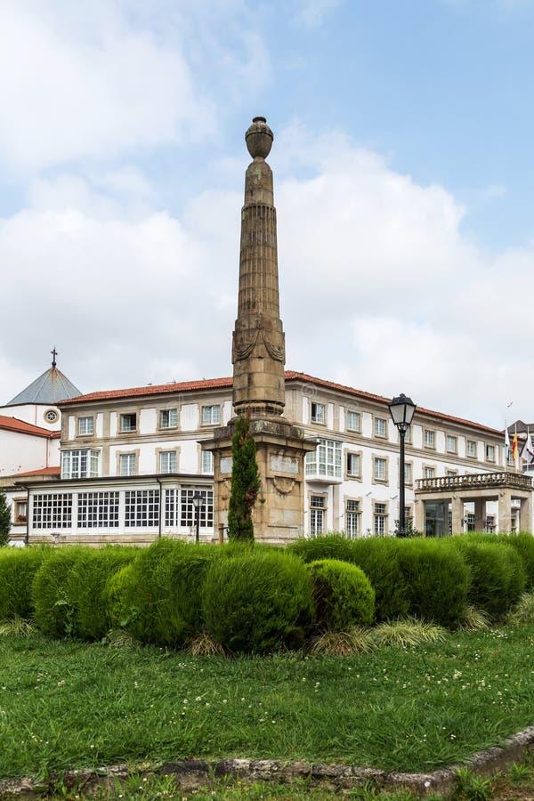 在旅舍费罗尔半岛,加利西亚,西班牙前面的Churruca方尖碑 库存照片