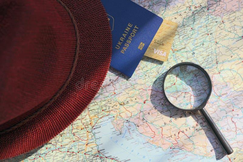 在旅行全世界地图的护照 计划假期 免版税库存照片