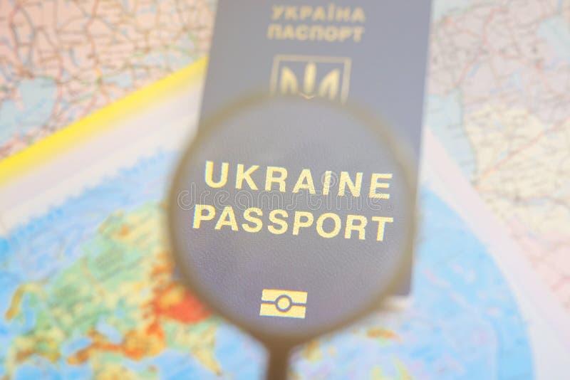 在旅行全世界地图的护照 计划假期 免版税库存图片