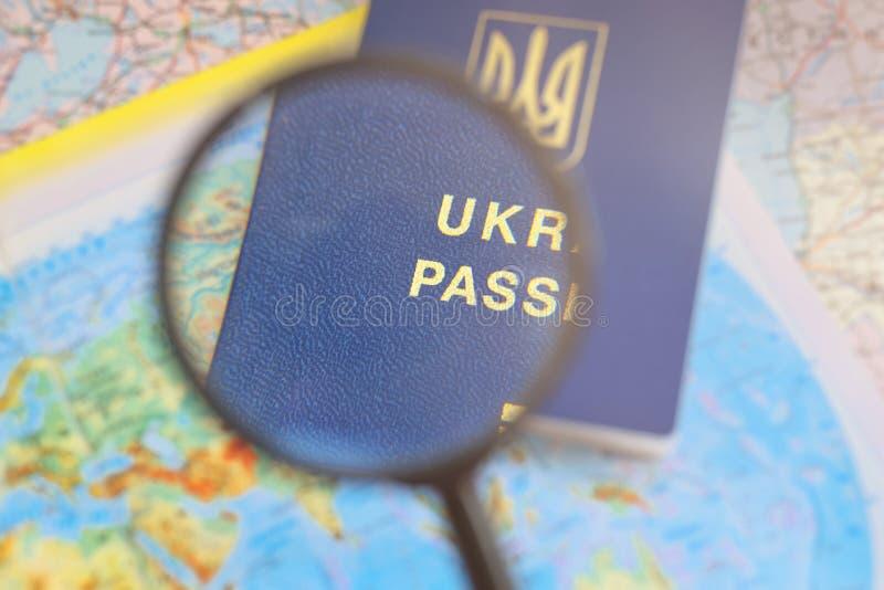 在旅行全世界地图的护照 计划假期 图库摄影