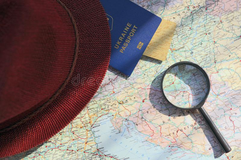 在旅行全世界地图的护照 库存照片
