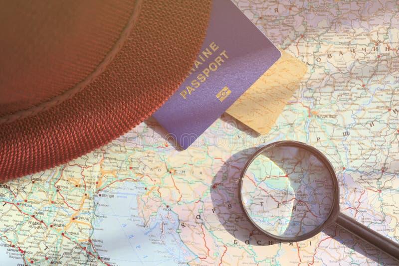 在旅行全世界地图的护照 免版税库存图片