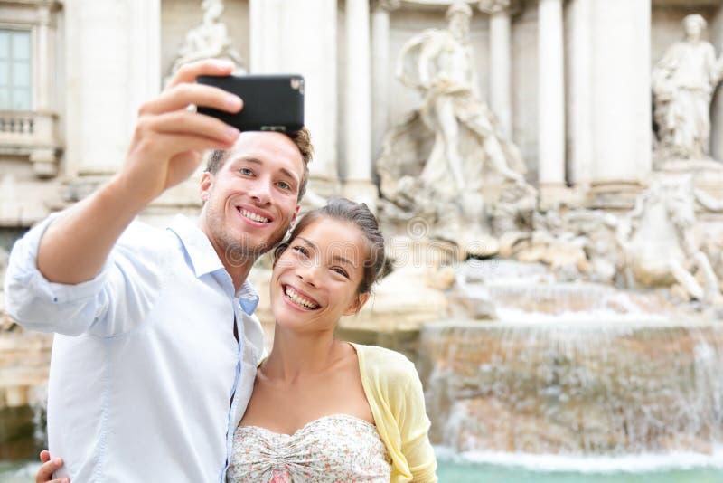 在旅行的旅游夫妇在Trevi喷泉的罗马 库存图片
