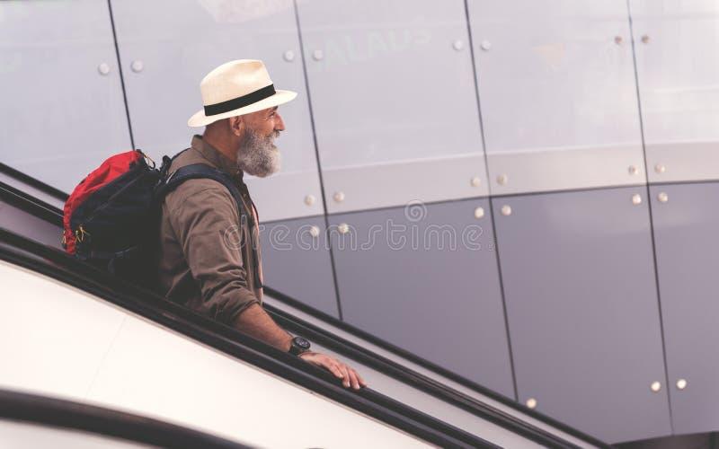 在旅行的楼梯的外出的祖父身分 库存图片