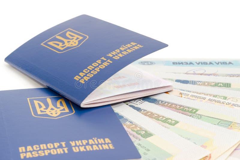 在旅行签证特写镜头背景的乌克兰护照  免版税库存照片