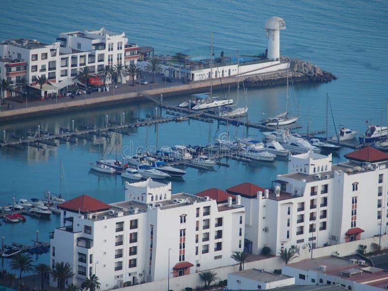 在旅行阿加迪尔市乘快艇口岸和白色居住区在摩洛哥 库存照片