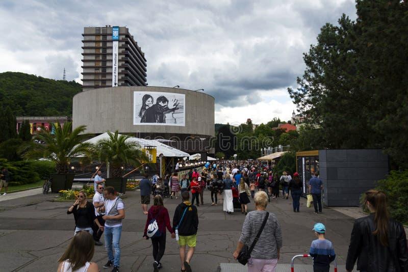 在旅馆上升暖流前面的人们在卡洛维期间变化2016年7月3日的国际电影节在卡洛维变化,捷克共和国 库存照片