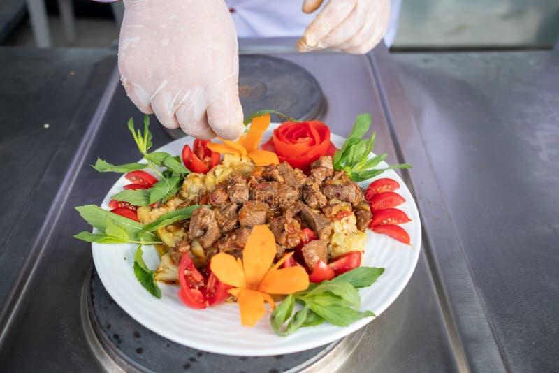 在旅馆或餐馆厨房里烹调仅手的厨师 库存图片