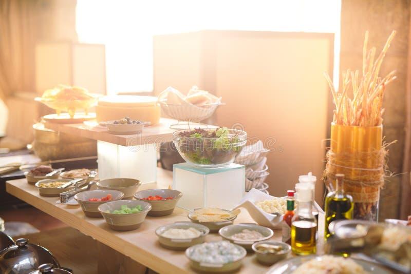 在旅馆或餐馆的早餐自助餐 免版税库存图片