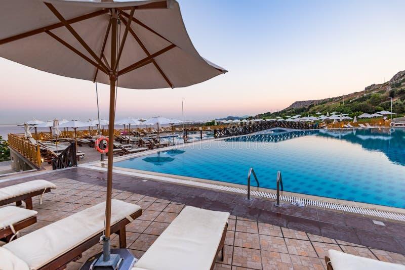 在旅馆手段在日出,罗得岛海岛,希腊的放松的民意测验 库存图片
