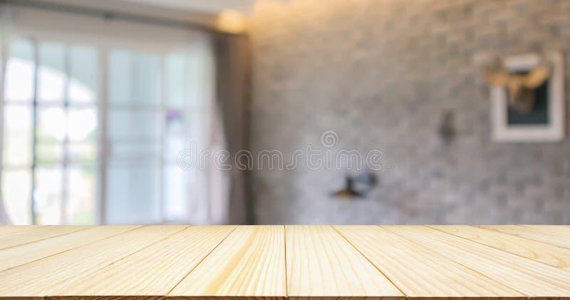 在旅馆手段客厅室内设计的空的木台式与大窗口 免版税图库摄影