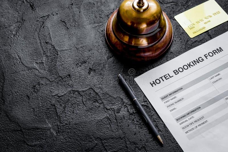 在旅馆招待会黑暗的书桌背景的保留形式 库存图片