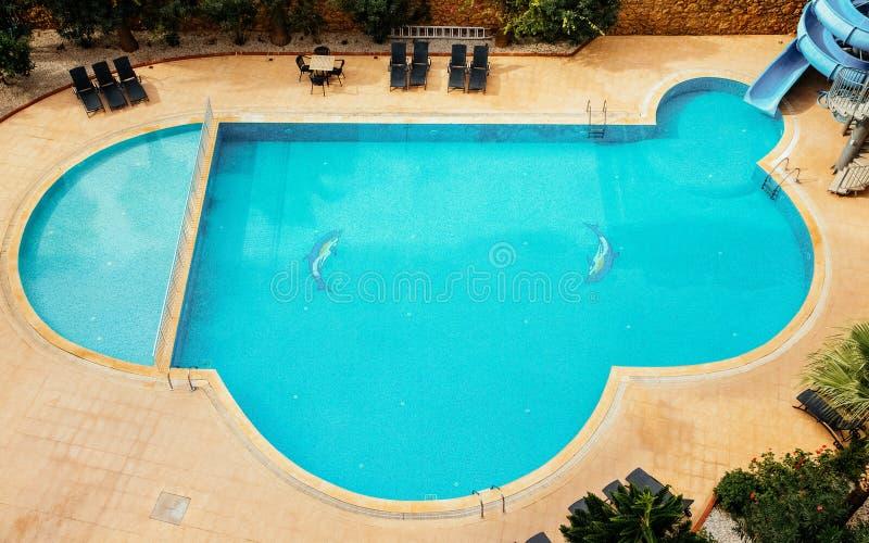 在旅馆游泳池的大海 定调子 库存照片