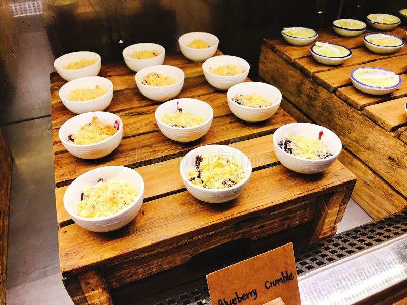在旅馆的自助餐的美味的蓝莓碎屑 图库摄影