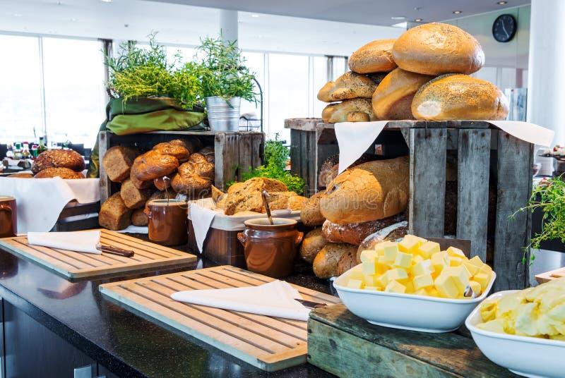 在旅馆自助餐的面包显示 图库摄影