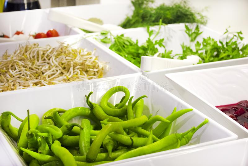 在旅馆里打开自助餐 青椒,大豆新芽,樱桃 库存图片
