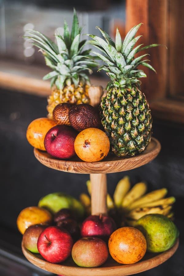 在旅馆里设置在早餐的新鲜的热带水果 库存图片