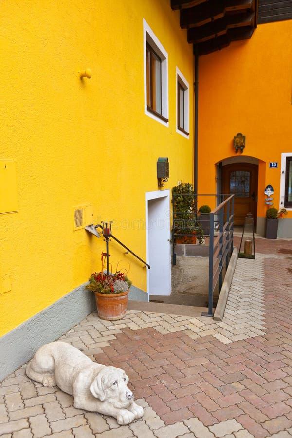 在旅馆-在萨尔茨堡奥地利附近的村庄Werfen里尾随雕塑 库存图片