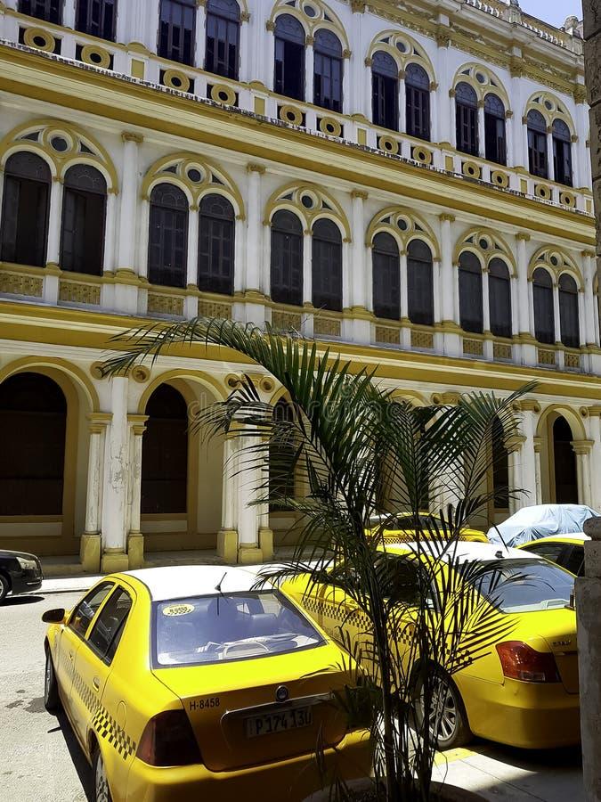在旅馆Mercure塞维利亚-哈瓦那,古巴前面的古巴出租汽车 免版税库存照片