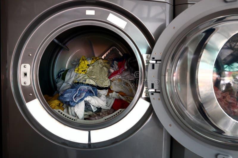 在旋转式脱水机里面的被洗涤的衣裳 免版税库存照片
