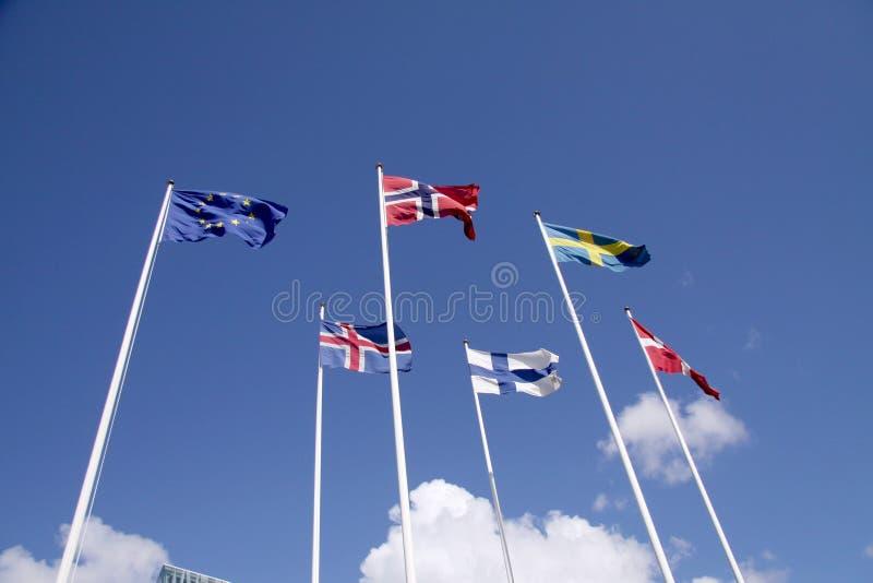 在旗杆的五面北欧旗子有欧盟旗子的 丹麦、瑞典、挪威、芬兰、冰岛和欧盟 库存图片