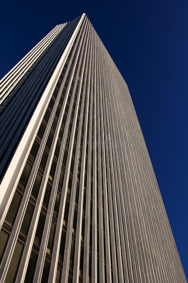 在无云的天空之前的办公室塔在一个晴天 库存照片