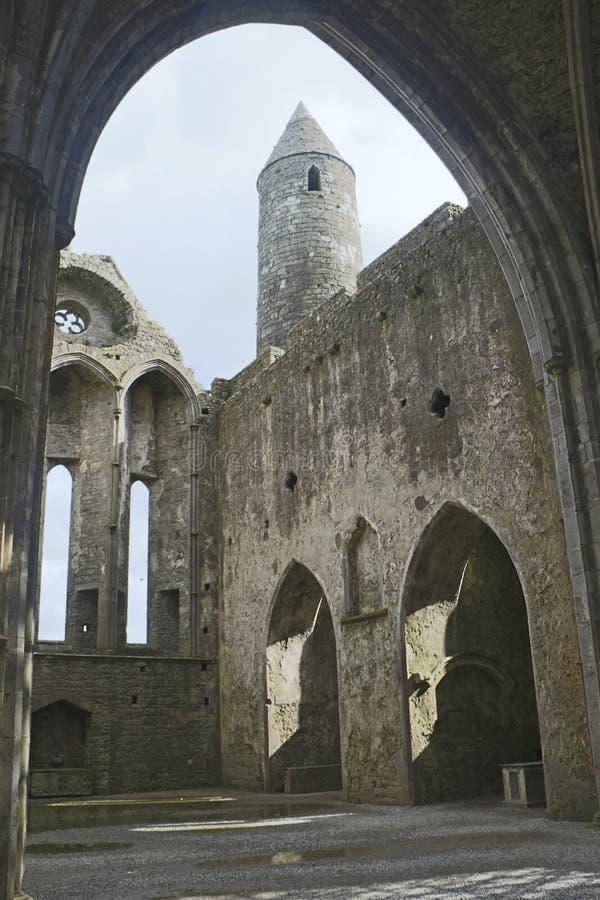 在无屋顶大教堂里面, Cashel, Co Tipperary岩石  免版税库存照片