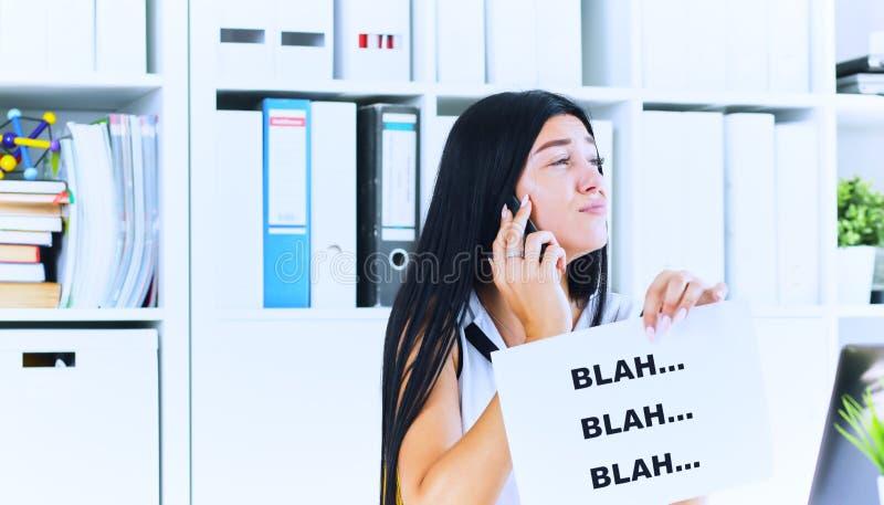 在无用的交谈过程中的年轻女实业家与客户或上司 有效的通信概念 免版税库存图片