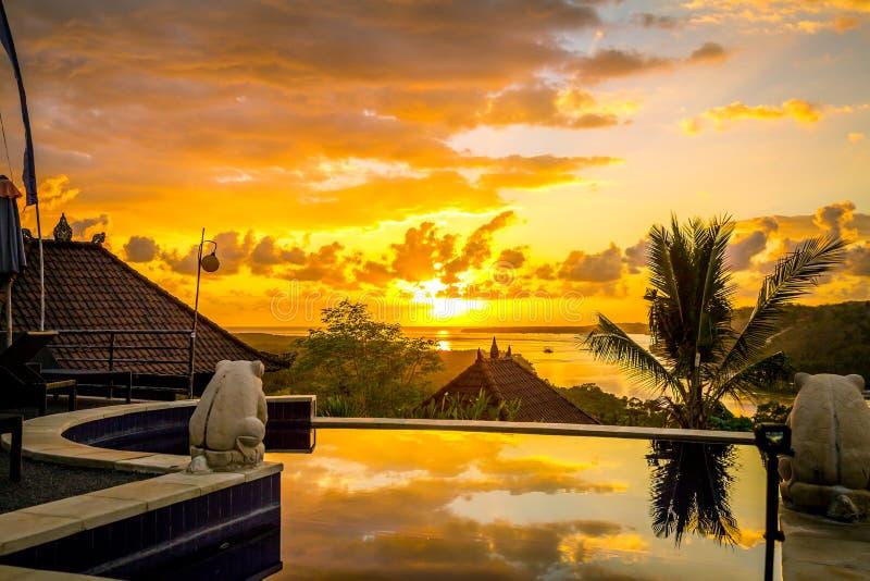 在无限水池的日出视图 日出天空早晨 巴厘岛 库存照片