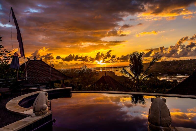 在无限水池的日出视图 热带海洋和早晨 巴厘岛 免版税库存图片