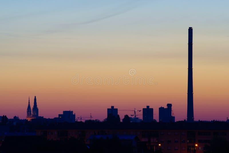 在日出之前的城市 免版税库存照片
