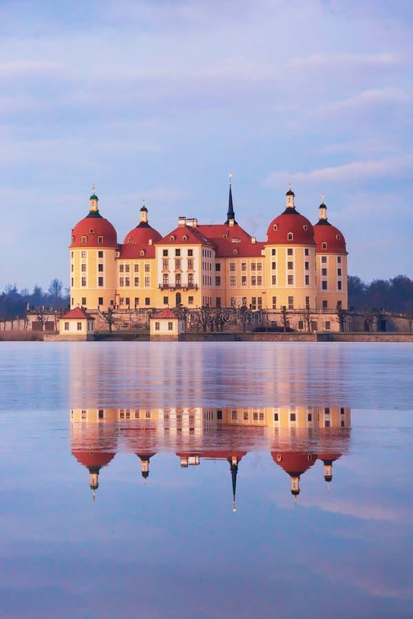 在日出以后的莫里茨堡城堡在冬时,德国 免版税库存照片