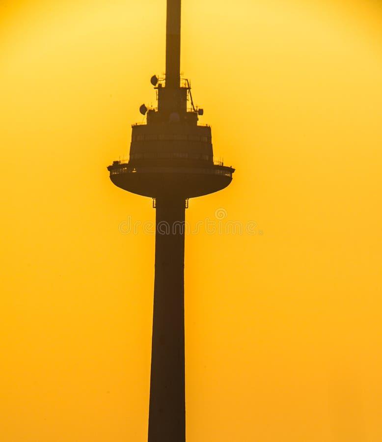 在日出光的电视塔在阴影 免版税库存图片