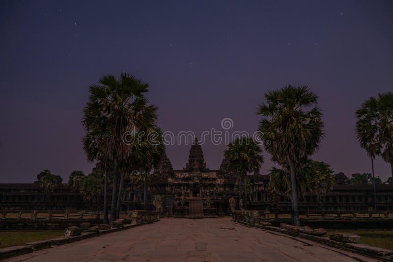 在日出前的吴哥窟寺庙正面图 库存照片
