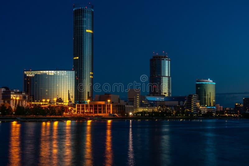 在日出前的夜Yeaterinburg 夜光和伊塞特河 图库摄影