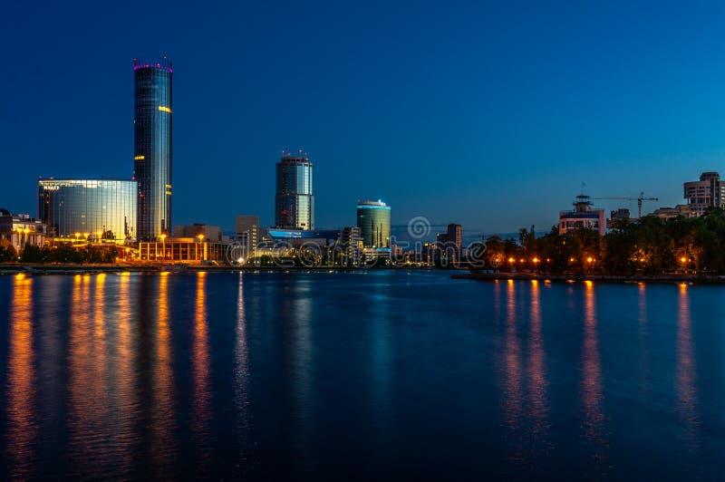 在日出前的夜Yeaterinburg 夜光和伊塞特河 免版税库存图片